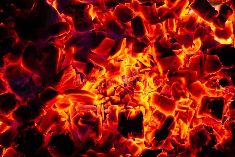 Texture en gros plan rougeoyante de fond de briquettes chaudes de charbon de bois photos stock