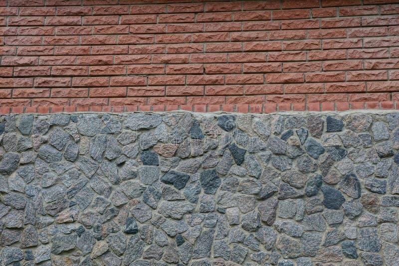 Texture en pierre des briques brunes et des pierres grises photos libres de droits