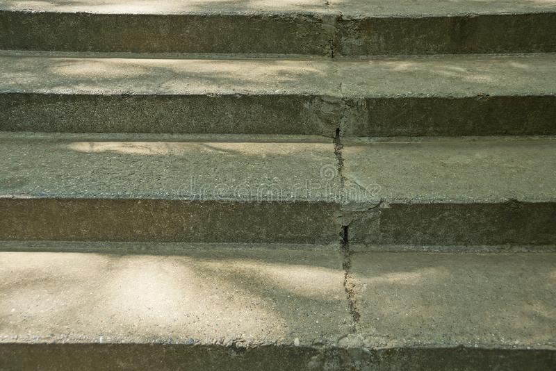 Texture en pierre grise de vieilles étapes concrètes d'escaliers photographie stock