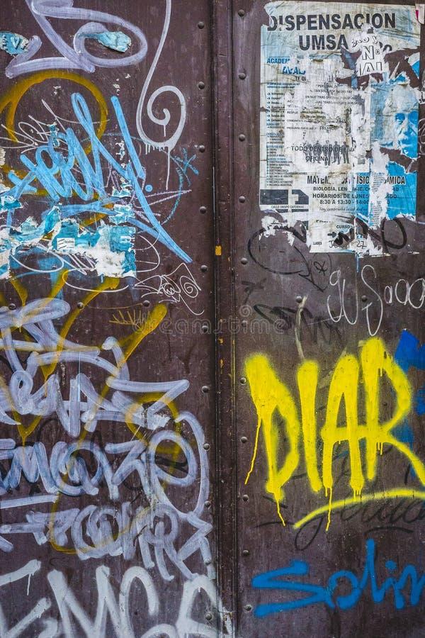 Texture encrassée de mur en métal avec des couches de graffiti image libre de droits