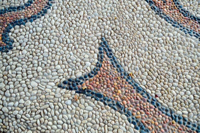 Texture a estrada da parede de pedra das linhas abstratas fundo marrom preto amarelo velho natural apresentado das pedras redonda fotografia de stock royalty free
