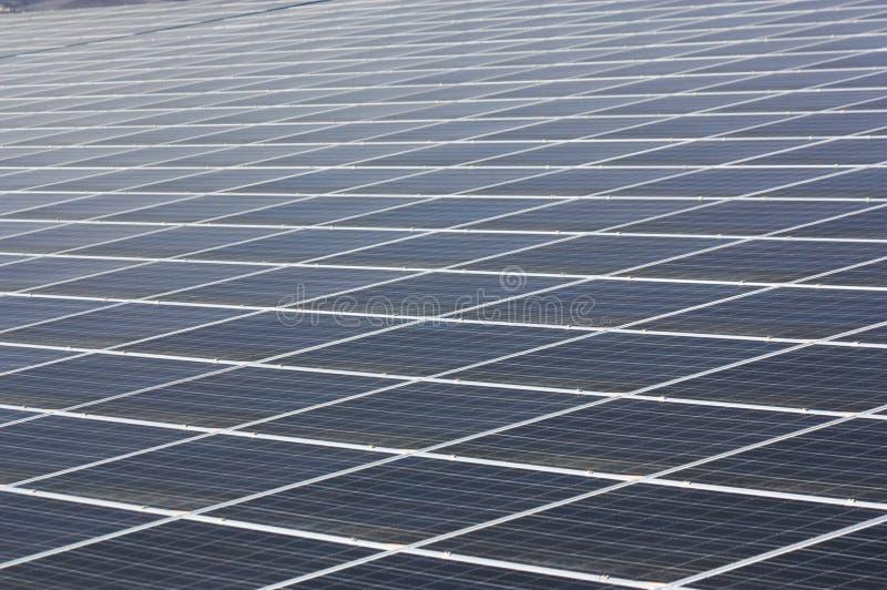 Texture géométrique des panneaux solaires à une usine photovoltaïque images stock