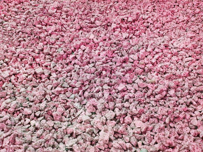 Texture : gravier écrasé par amende Soulagements artistiques des objets naturels Petites pierres rouges de craie images stock
