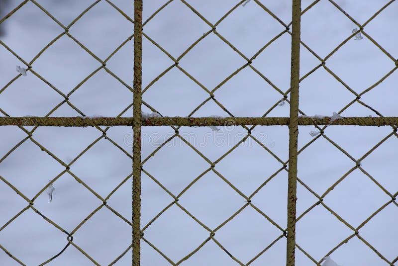 Texture grise en métal d'une vieille grille de fer et d'une grille avec de la glace et des glaçons image stock