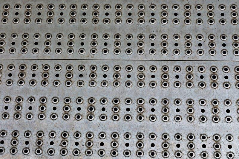 Texture légère en aluminium de fond en métal avec des ouvertures panneau machinant la perforation basse de trou beaucoup de tr images libres de droits