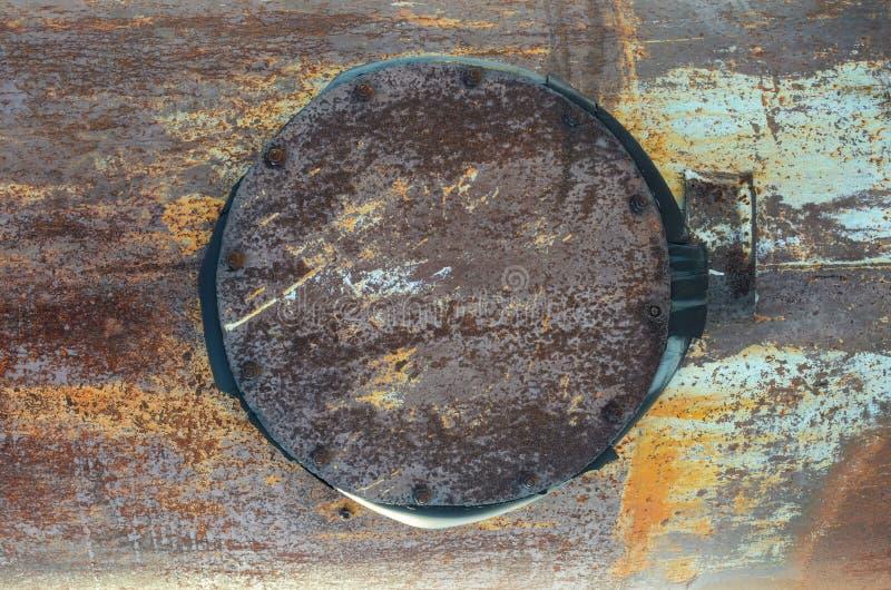 Texture, métal rouillé, tuyau avec une trappe fermée image libre de droits
