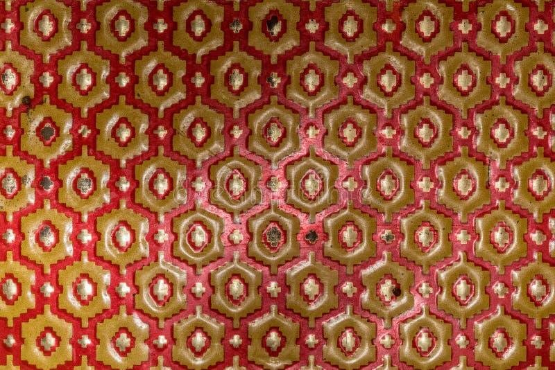 Texture métallique des hexagones rouges et jaunes photographie stock