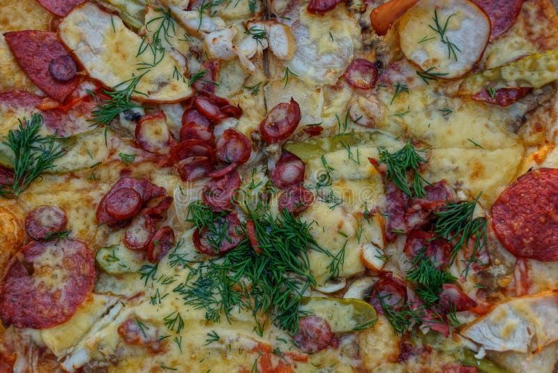 Texture naturelle de couleur de fromage et des verts de salami en pizza photos libres de droits