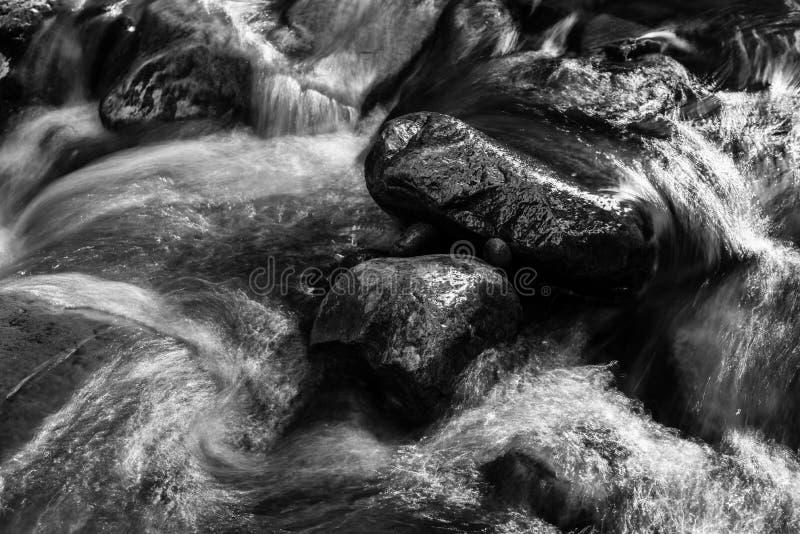 Texture noire et blanche d'écoulement de l'eau image stock