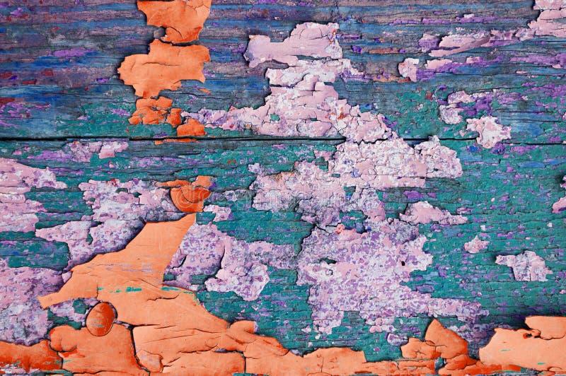 Texture o fundo de madeira - pranchas de madeira cobertas com a pintura multicolorido resistida da casca imagem de stock