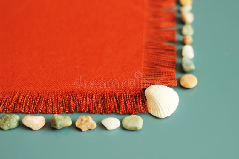 Texture orange, coquilles de mer, pierres de mer, fond d'été, votre message ici image libre de droits