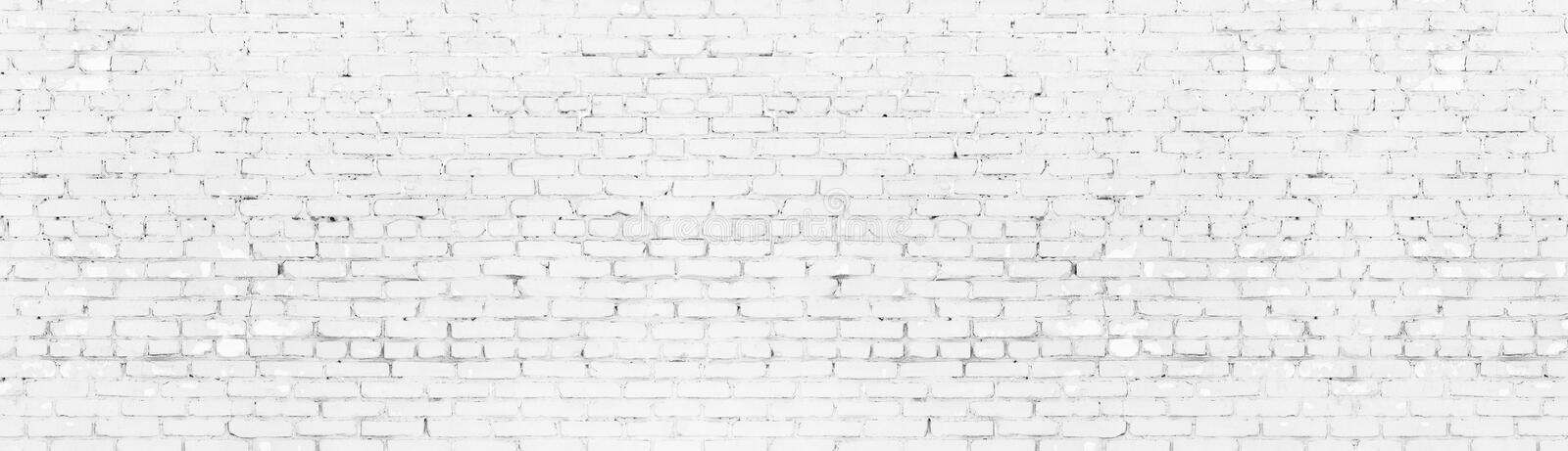 Texture panoramique large blanchie de mur de briques minable Le blanc a peint le panorama ?g? de brique Long fond clair illustration libre de droits