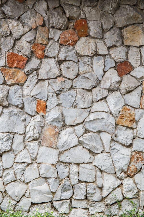 Texture a parede velha da rocha feita da pedra aleatória imagem de stock