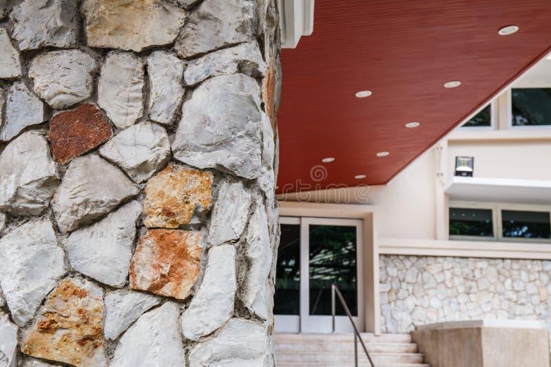 Texture a parede velha da rocha feita da pedra aleatória foto de stock royalty free
