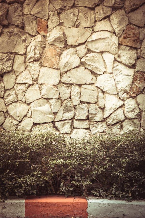Texture a parede velha da rocha feita da pedra aleatória foto de stock