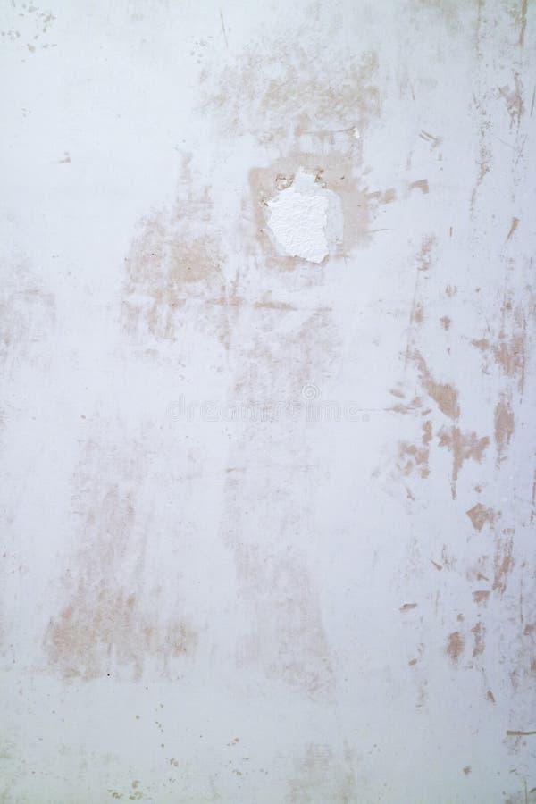 Texture plâtrée de mur avec des flocons de peinture et de remplisseur Surface poncée avec des imperfections photographie stock