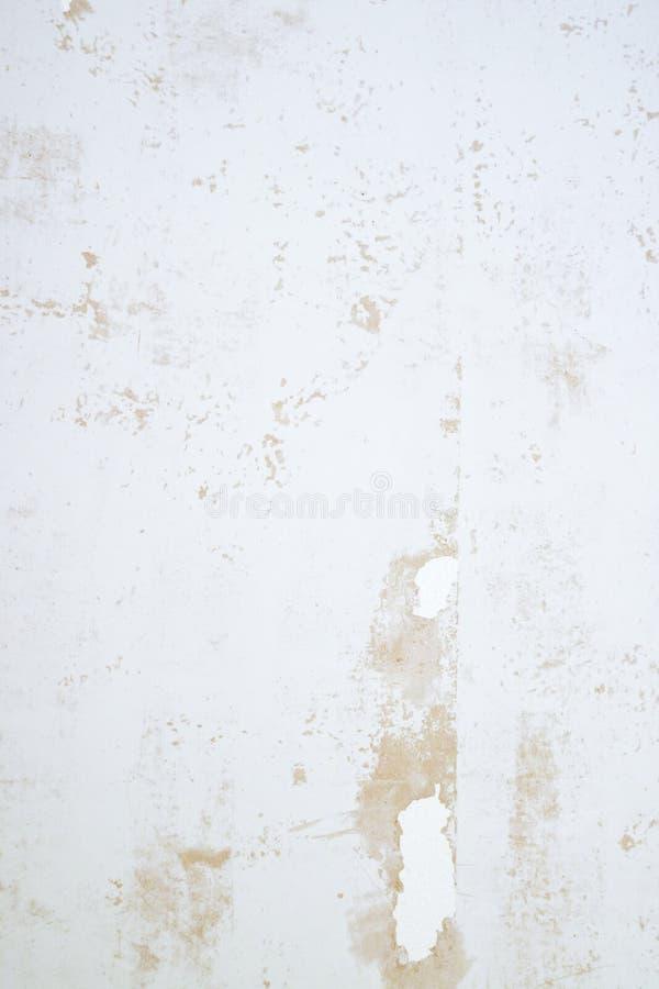Texture plâtrée de mur avec des flocons de peinture et de remplisseur Surface poncée avec des imperfections images stock