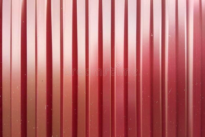 Texture rouge de feuillard de zinc avec le boulon, le mur en métal ou le toit inoxydable photo stock