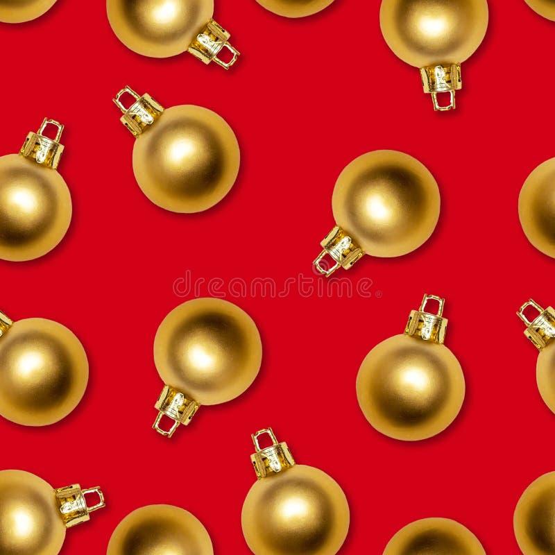 Texture sans couture des boules de nouvelle année d'or sur le fond rouge images stock