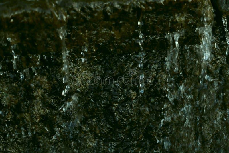 Texture verte abstraite de pierre et d'écoulement de l'eau naturels La source de l'eau dans les montagnes images stock