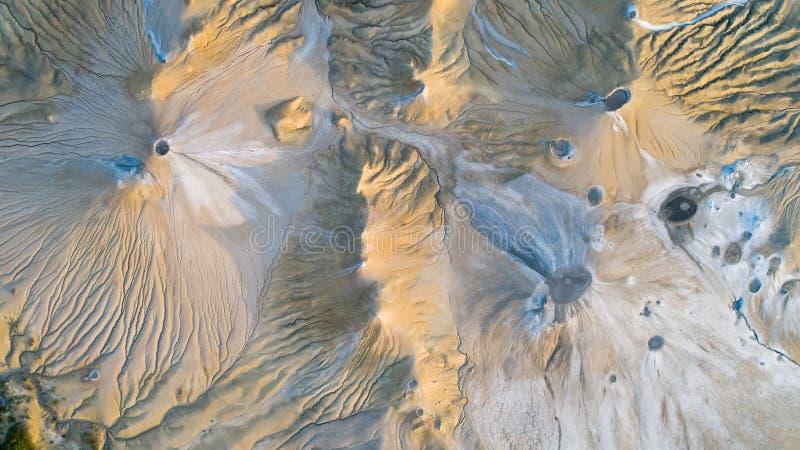 Texture, vue d'andscape de vue aérienne ci-dessus en volcans de boue de Buzau Roumanie photos libres de droits