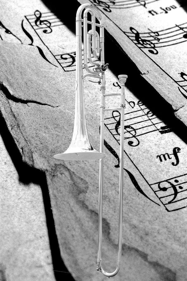 Textured musicpaper tło z srebnym puzonem obrazy stock