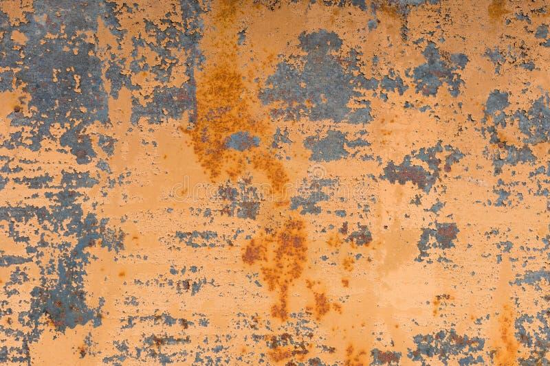 Textured tło zatarta żółta farba z rdzewiejącymi pęknięciami na rdzewiejącym metalu Grunge tekstura stary krakingowy metal zdjęcie stock
