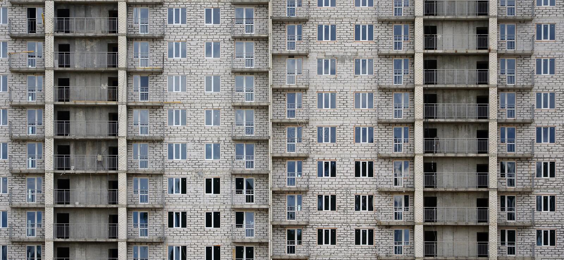Textured wzór rosyjskiego whitestone domowego budynku mieszkaniowa ściana z wiele okno i balkon pod constructio zdjęcie royalty free