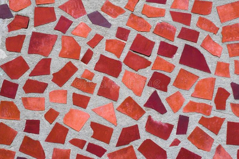 Texturen av den dekorativa prydnaden för mosaikvägg från den keramiska brutna tegelplattan i orange färg, som Gaudi arkivfoton