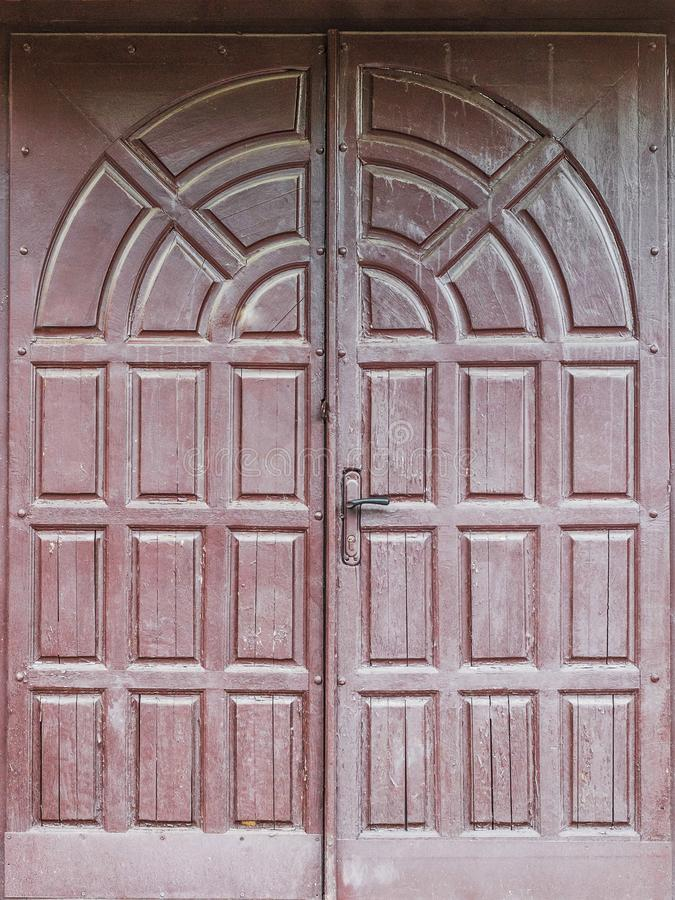 Texturen av den gamla trädörren är brun Användas som kan lodisar arkivbild