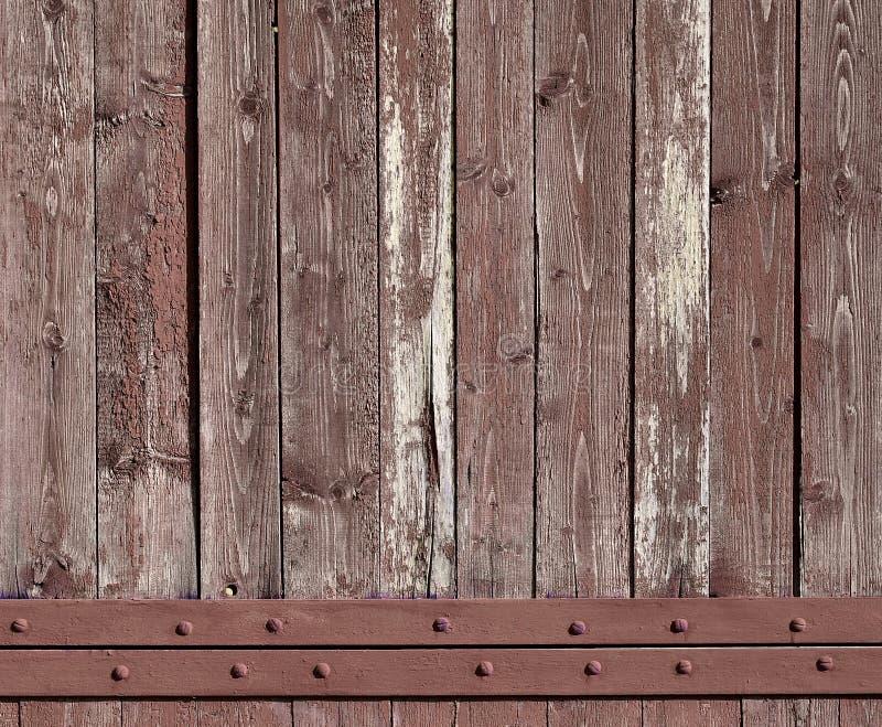 Texturen av den red ut träväggen Åldrigt träplankastaket av lodlinjelägenhetbrädet royaltyfri bild