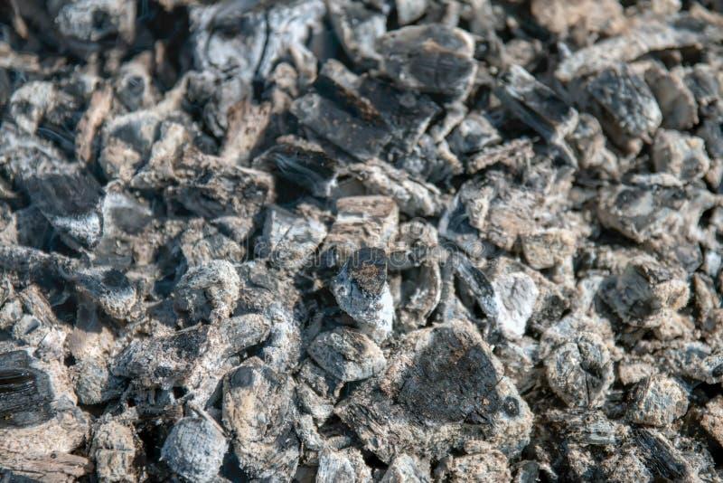 Texturen av den varma askaen som är grå, på, galler royaltyfri bild