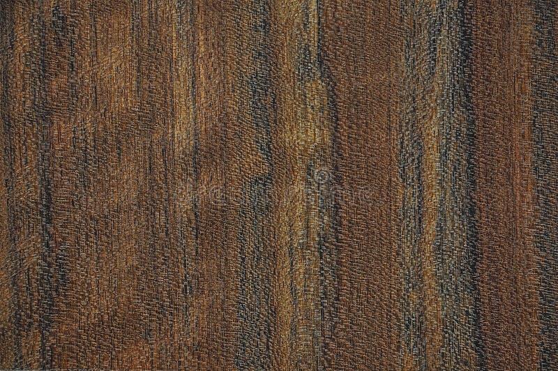 Texturen av ett exotiskt trä Bakgrunden är brun, rött, gult arkivfoton