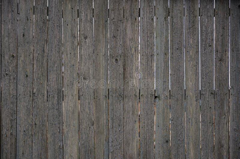 Texturen av ett gammalt lantligt trästaket som göras av den bearbetade lägenheten, stiger ombord Den detaljerade bilden av ett ga arkivbilder