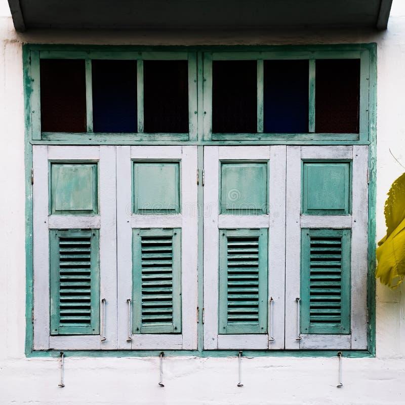 Texturen av gamla träfönster av hus i Hatyai, Songkhla, Thailand royaltyfria bilder
