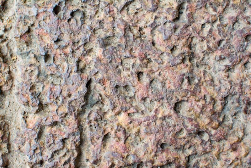 Texturen av gammal brun tegelsten Ser som stenen eller vaggar med många hål Denna är tegelstenen för gångbanor i thailändsk tempe arkivfoto
