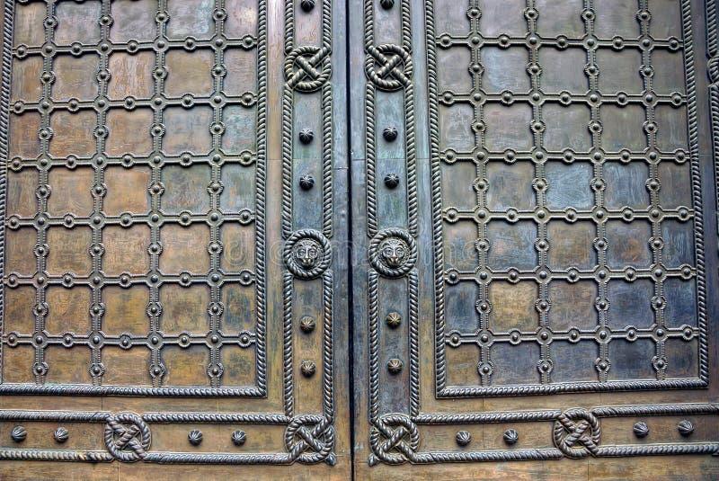 Texturen av järn och ett fragment av gamla dörrar med en modell royaltyfri bild