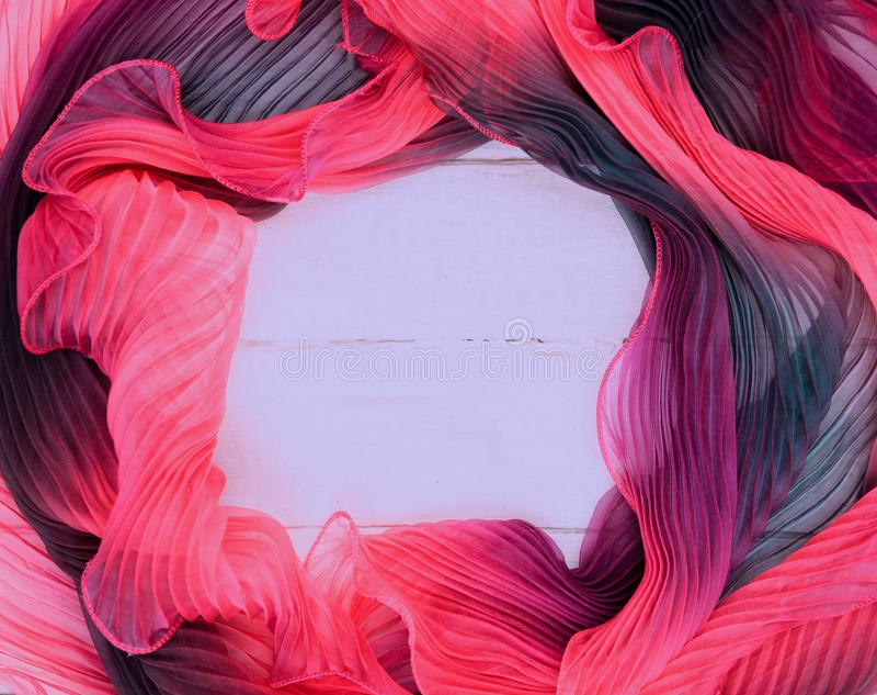 Texturen av mång--färgade tygrosa färg-lilor med en vit träbakgrund royaltyfri bild