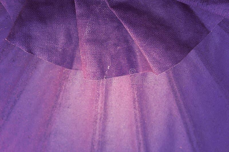 Texturen av satängtyget, purpurfärgat siden- tyg för bakgrund royaltyfri fotografi