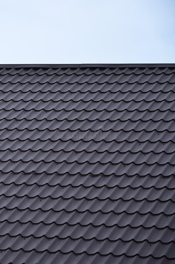 Texturen av taket av målad metall Närbild specificerad sikt av takbeläggning för sluttande tak Högkvalitativ roofin arkivbild