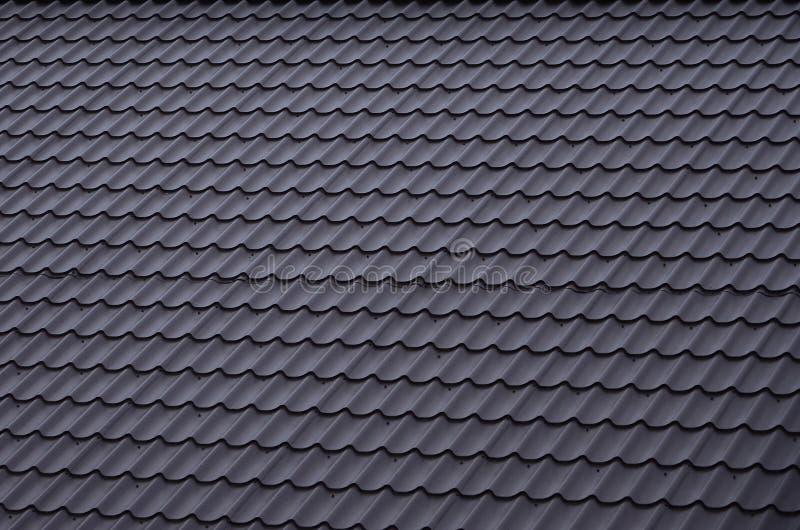 Texturen av taket av målad metall Närbild specificerad sikt av takbeläggning för sluttande tak Högkvalitativ roofin arkivfoton