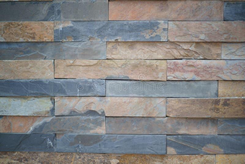 Texturera bakgrund av den naturliga granitstenväggen gjorde med kvarter stänger sig upp royaltyfria bilder
