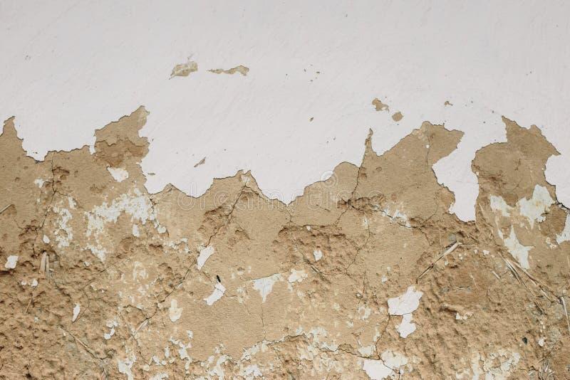 Texturera den slitna ut vita bortförklaringen på den gula gamla leraväggen fotografering för bildbyråer