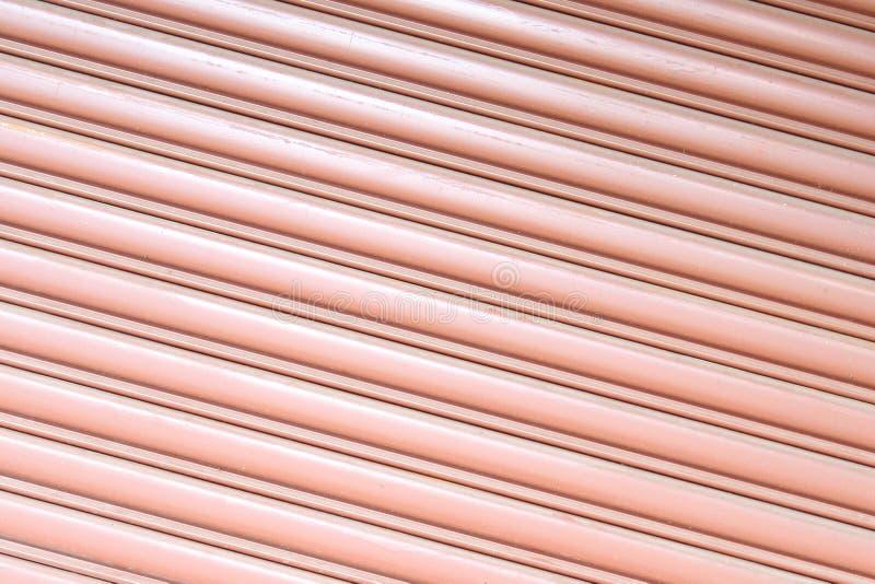 Texturera det korrugerade metallarket, glid dörren, ståldörr arkivbilder