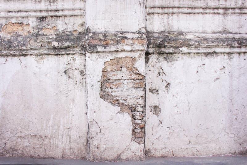 Texturera murkna modeller för gammal tegelsten som är abstrakta på den konkreta red ut väggen för vit målarfärg i den thai temple arkivfoto