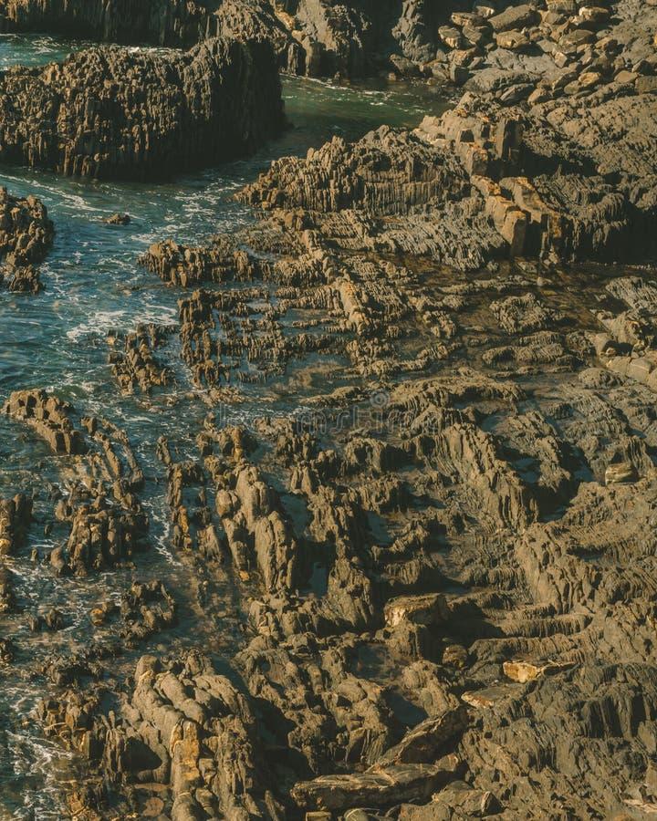 Texturera platsen av vaggar inneslutat i havsvatten royaltyfria foton