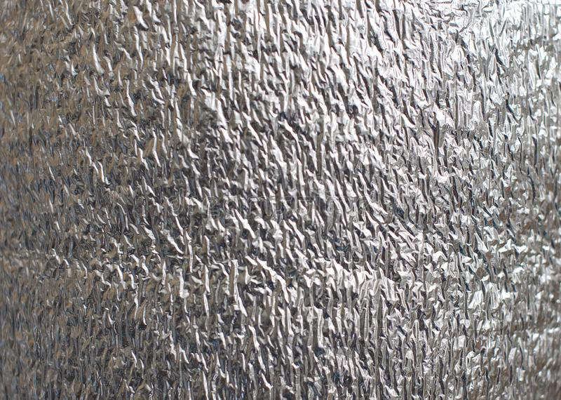 Texturerad bakgrund av det skrynkliga skinande gråa nya aluminiumarket fotografering för bildbyråer