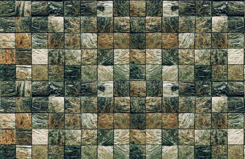 Texturerad mosaik av fyrkantiga beståndsdelar av den naturliga stenen av mörk färg för badrum och simbassänger fotografering för bildbyråer