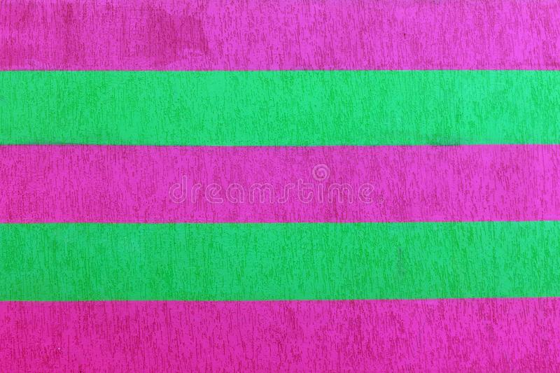 Texturerad tegelstenvägg med ljusa mångfärgade vertikala band av gräsplan, blått, vileten och rosa färger, abstrakt bakgrund Begr royaltyfri bild