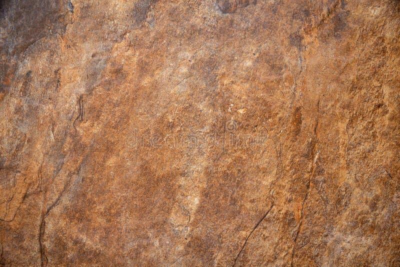 Texturerad yttersida av marmorn vaggar med brun tonbakgrund royaltyfria foton